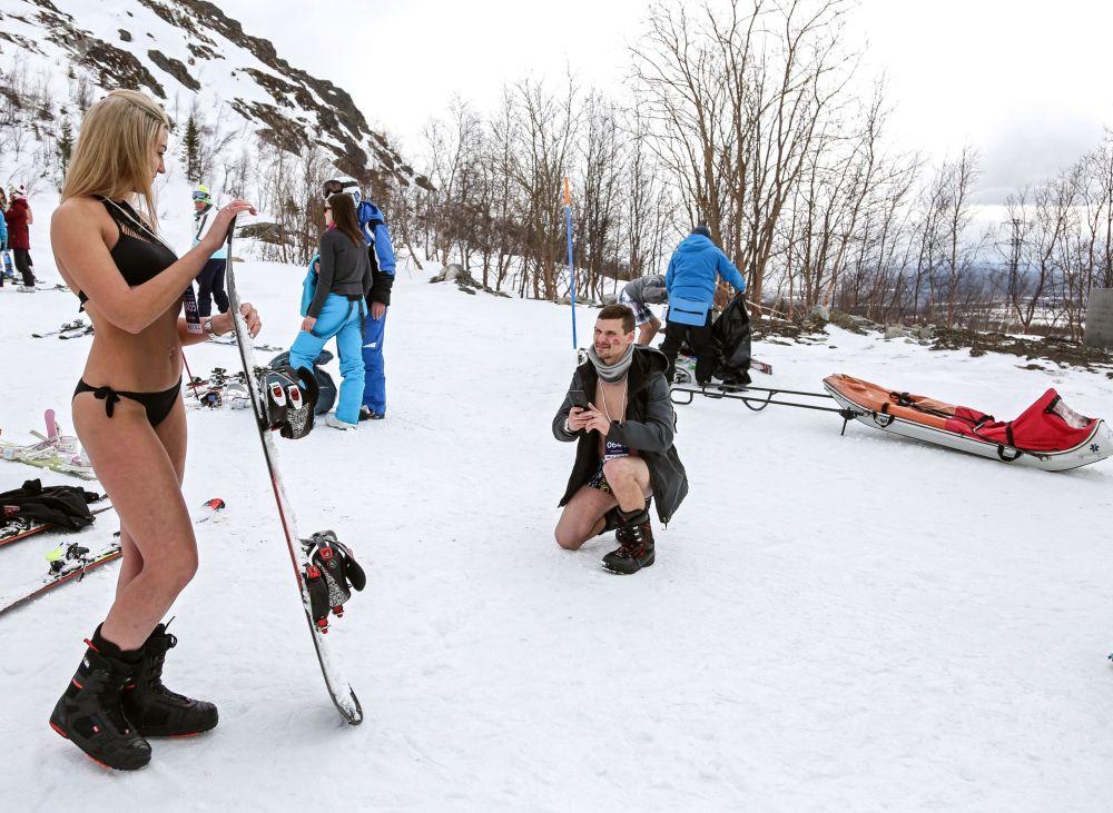 Participantes tiram fotos enquanto participam do festival Khibiny-Bikini 2019, na cidade de Kirovsk, Rússia