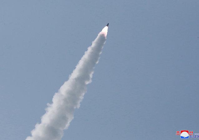 Militares norte-coreanos conduzem exercício militar na Coreia do Norte com múltiplos lançadores e armas táticas guiadas