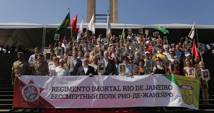 Foto oficial do Regimento Imortal em frente ao Monumento aos Pracinhas, no Rio de Janeiro
