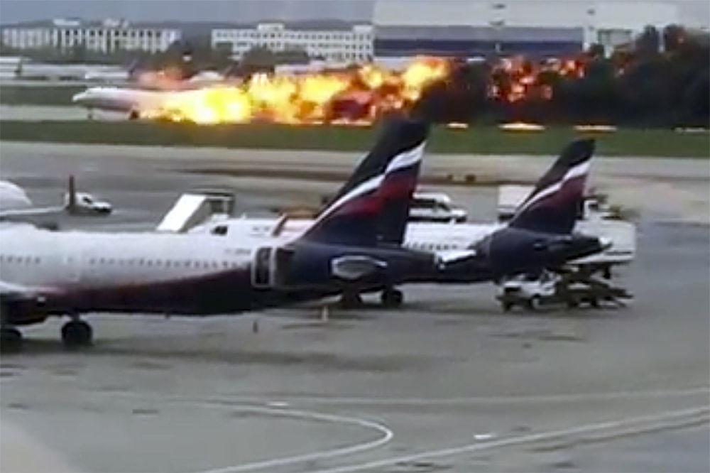 Avião Sukhoi Superjet 100 (SSJ100) da companhia aérea Aeroflot em chamas corre pela pista de aterrissagem no Aeroporto Internacional Sheremetyevo
