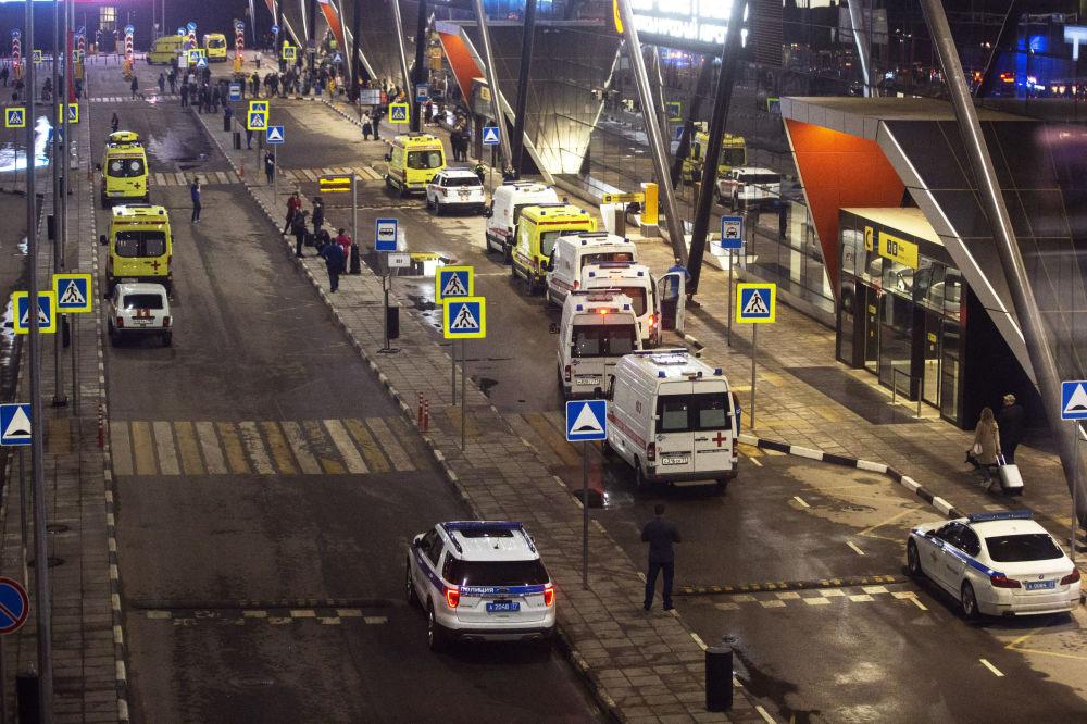 Ambulâncias estacionadas no Aeroporto Sheremetyevo, nos arredores de Moscou