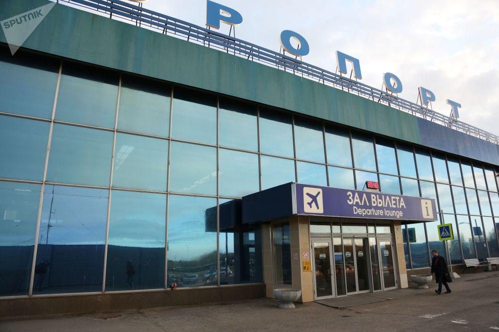 Entrada principal do edifício do Aeroporto Internacional de Murmansk