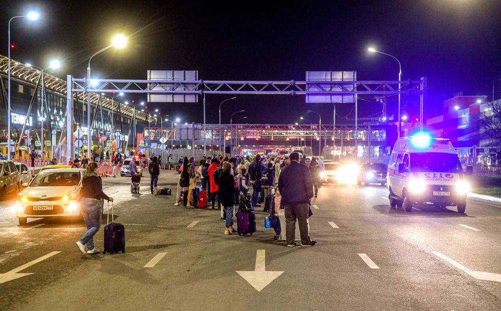 Passageiros esperando transporte na estrada perto do Aeroporto Internacional Sheremetyevo