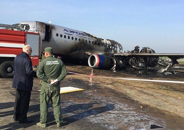 Chefe do Comitê de Investigação da Rússia Aleksandr Bastrykin (à esquerda) está no local do incêndio no Aeroporto Sheremetyevo