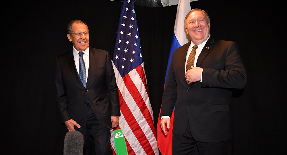 O Secretário de Estado dos EUA, Mike Pompeo, e o Ministro das Relações Exteriores da Rússia, Sergei Lavrov, posam para a imprensa após encontro às margens da Reunião Ministerial do Conselho do Árctico, em Rovaniemi, na Finlândia.