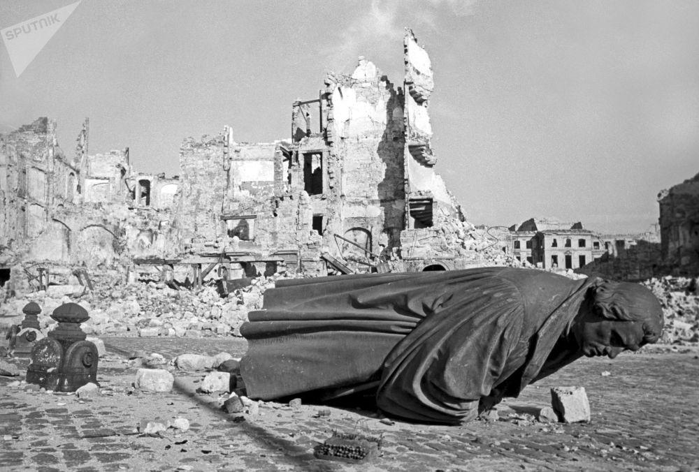 Ruínas da cidade alemã de Dresden, danificada pelos ataques aéreos dos EUA, 1945