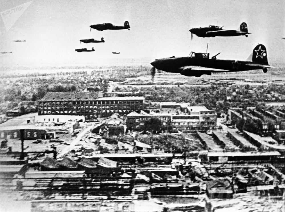 Aviões soviéticos Il-2 nos céus de Berlim, 1945