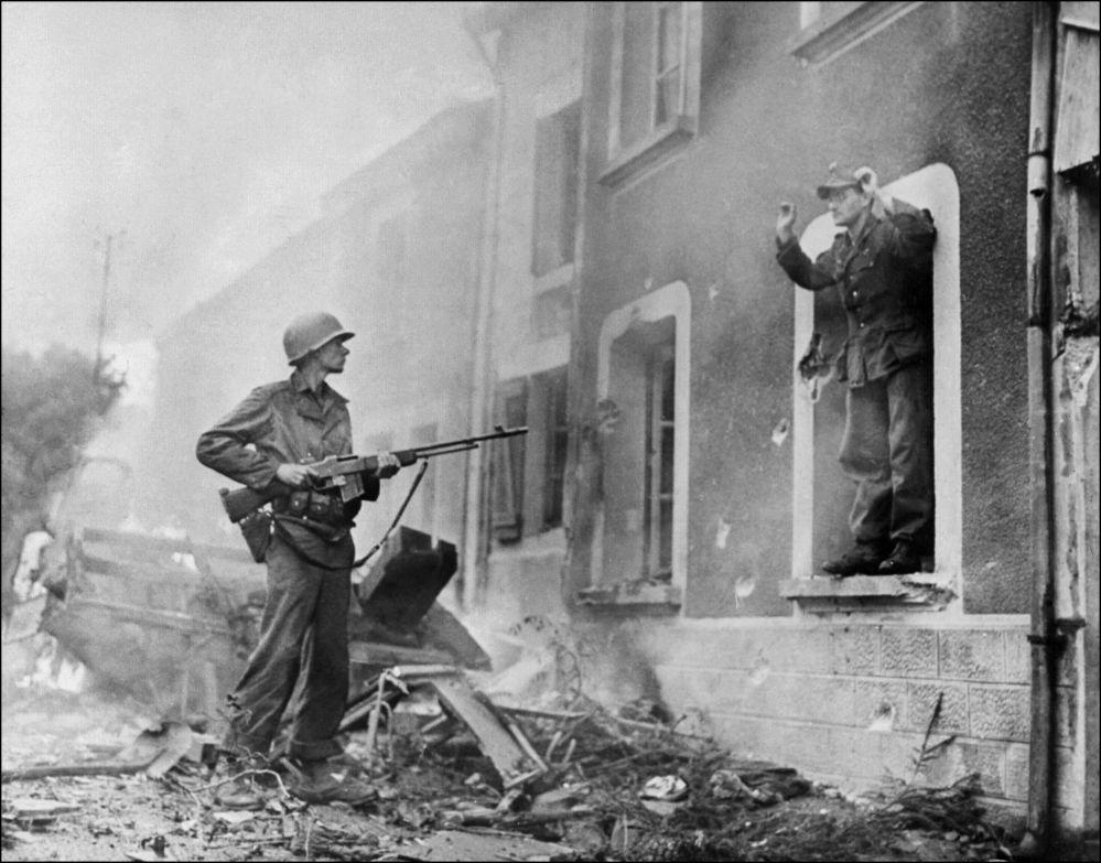 Soldado americano aponta espingarda para um soldado alemão durante a luta pela libertação da França, 1944