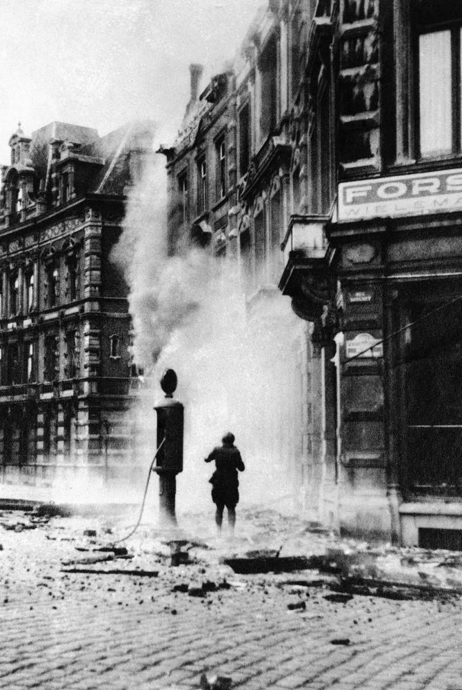 Uma das ruas da cidade belga de Namur após ataques aéreos da Alemanha nazista, 1940