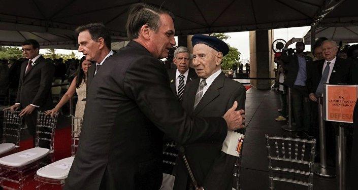 Presidente Jair Bolsonaro cumprimenta um veterano brasileiro que lutou na Segunda Guerra Mundial