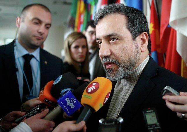 O principal negociador nuclear do Irã, Abbas Araghchi, fala à imprensa depois de se encontrar com o diretor-geral da AIEA, Yukiya Amano  na sede da AIEA em Viena (arquivo).