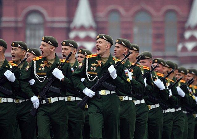 Cadetes da Academia Militar Khrulev de Manutenção Técnica e Material na parada da Vitória em Moscou, 9 de maio de 2019
