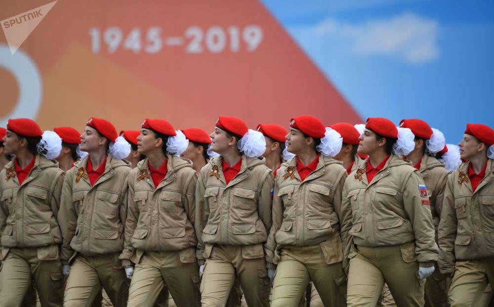 Cadetes do movimento Yunarmiya desfilam no Dia da Vitória na Praça Vermelha