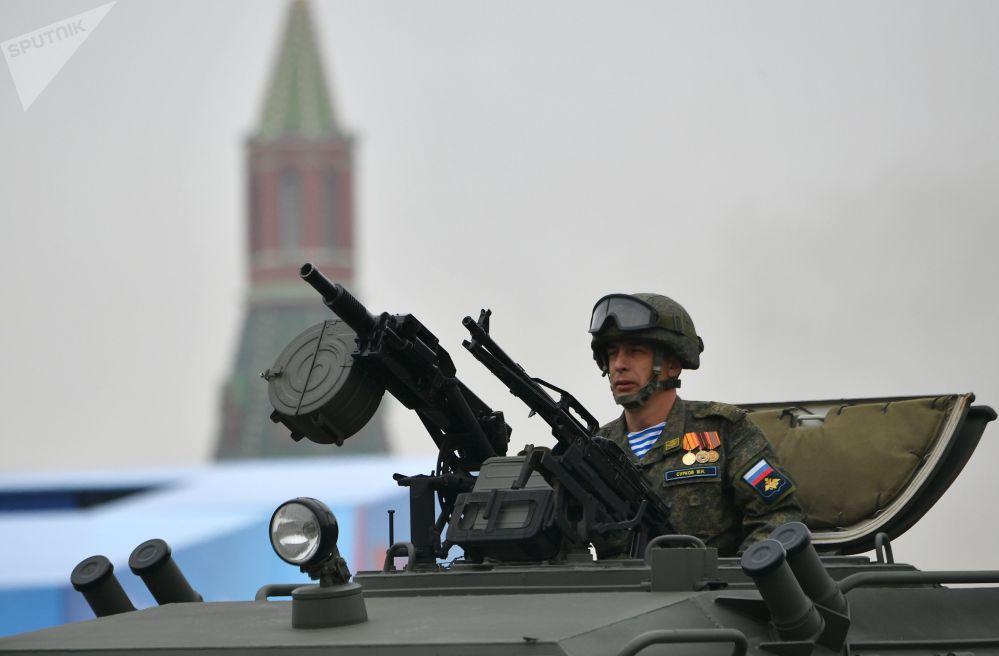 Militar na cabine do veículo blindado Tigr