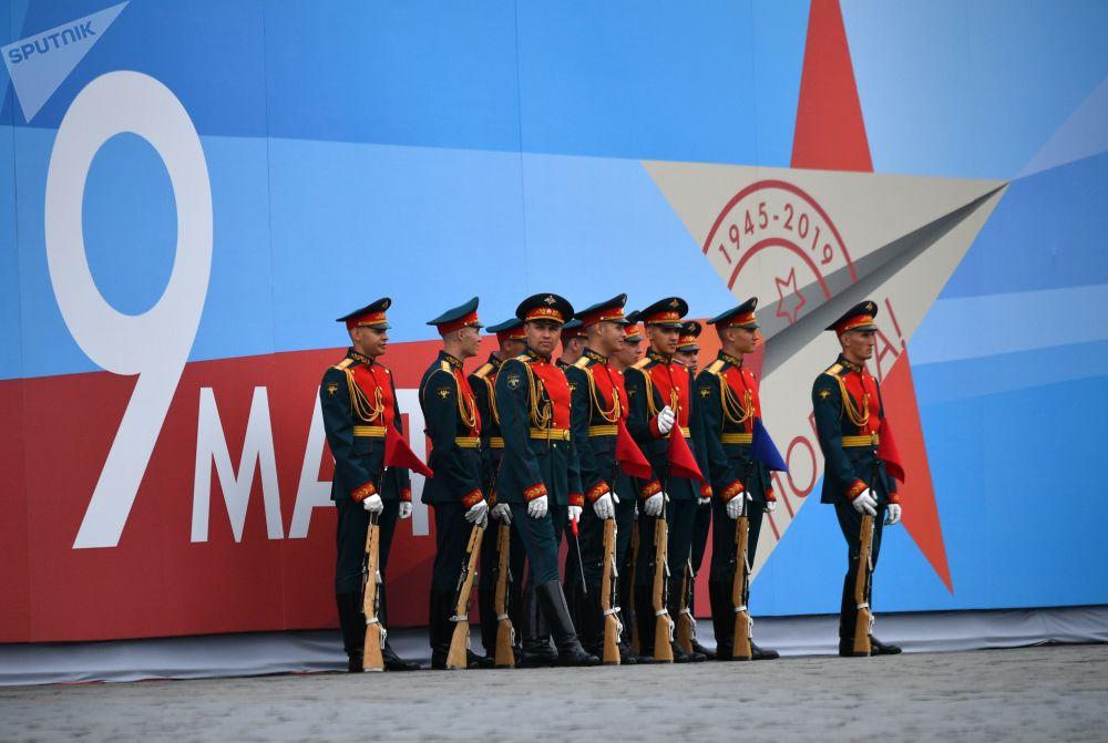 Militares antes do início da parada militar em Moscou