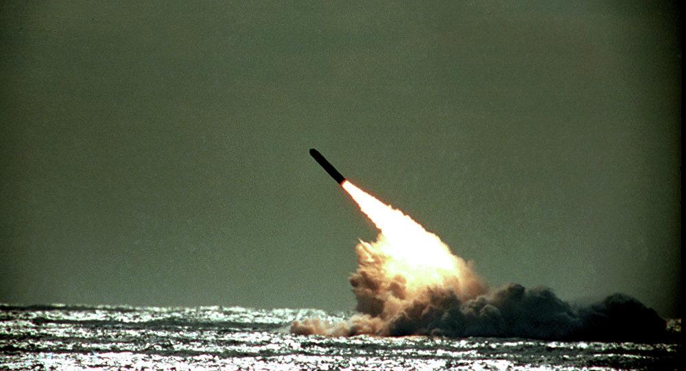 Lançamento de um míssil balístico Trident a partir de um submarino (imagem referencial)