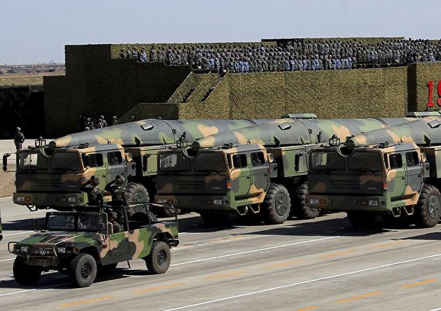 Veículos militares chineses transportam mísseis para ataques convencionais e nucleares durante um desfile militar na China