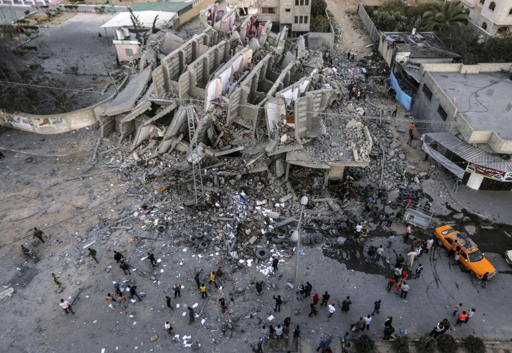 Um edifício na Faixa de Gaza destruído pelos ataques aéreos de Israel