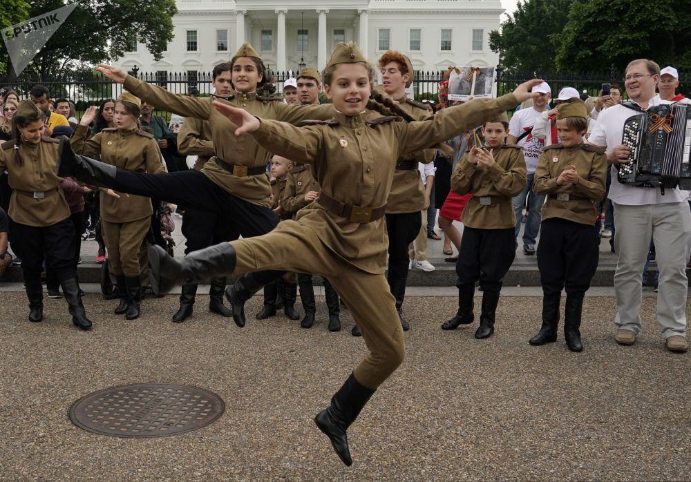 Jovens participantes do Regimento Imortal antes do início da marcha, Washington