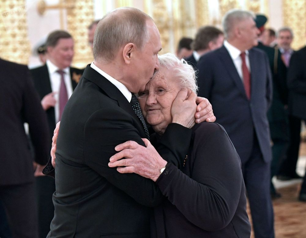 O presidente russo, Vladimir Putin, e sua professora da escola Vera Gurevich durante as celebrações dedicadas ao 74º aniversário da Vitória