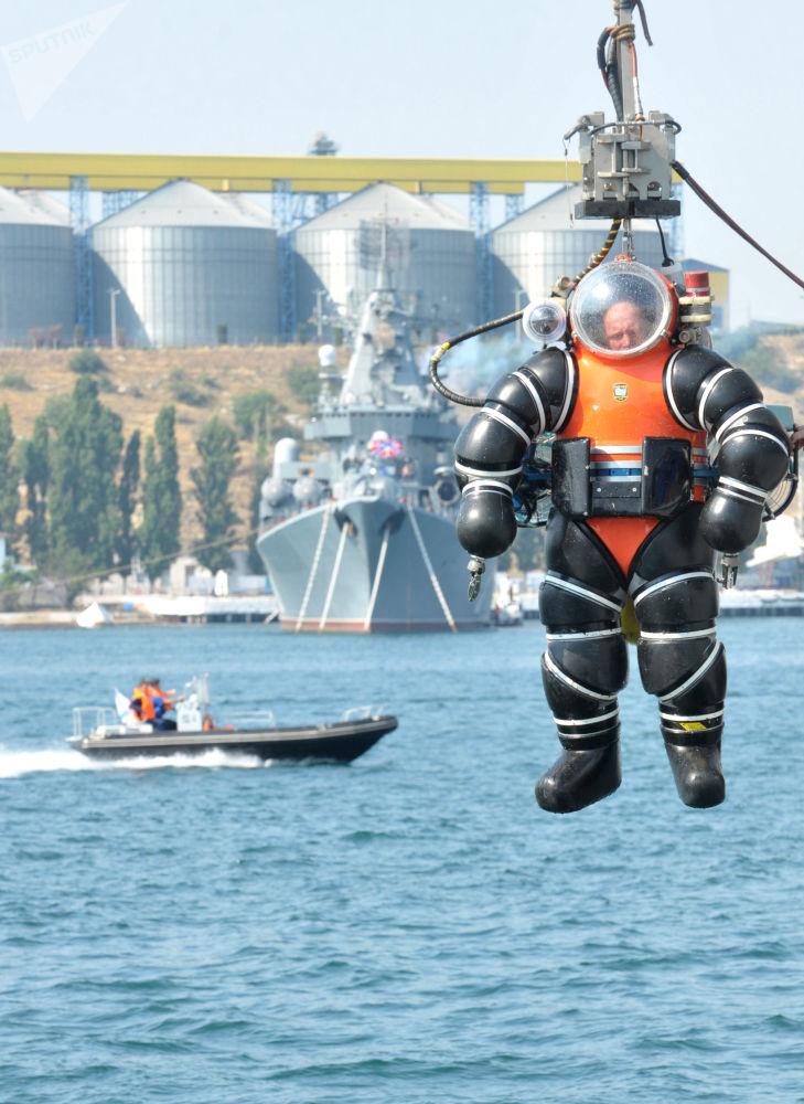 Militar em traje de mergulho atmosférico durante a demonstração das capacidades de equipamentos de resgate da Frota do Mar Negro russa