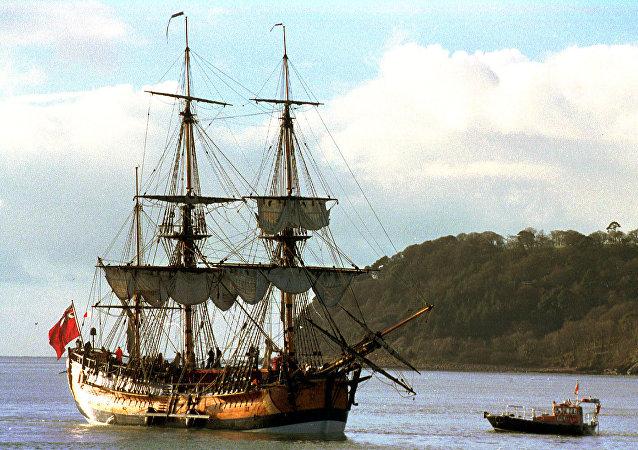 Réplica do navio Endeavour, do capitão James Cook, prepara-se para deixar Plymouth, Inglaterra, 14 de janeiro de 1998 (imagem de arquivo)