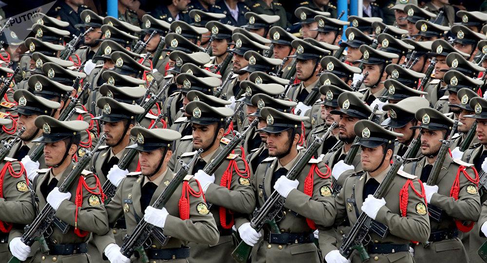 Soldados iranianos desfilam em parada militar em Teerã