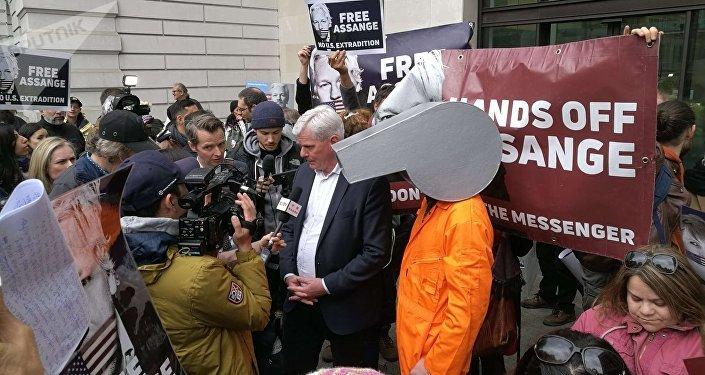 Editor do WikiLeaks defende Assange em discurso fora do Tribunal de Magistrados de Westminster.