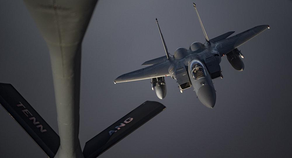 Caça F-15C Eagle se prepara para receber combustível do KC-135 Stratotanker, 12 de maio de 2019