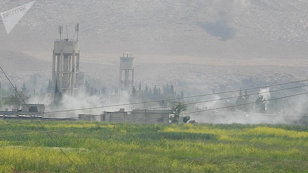 Fumaça se levanta sobre o povoado de al-Hweiz após ataques das tropas de elite sírias Tigres contra os militantes