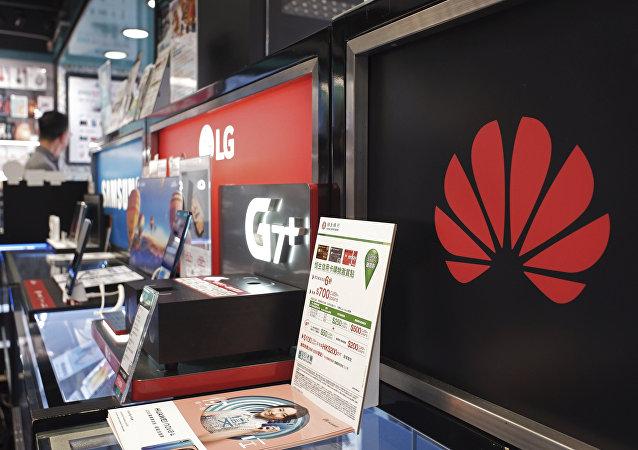 Um logotipo da Huawei é exibido em uma loja de eletrônicos em Hong Kong.