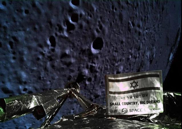 Uma foto divulgada pela SpaceIL e pela Israel Aerospace Industries (IAI) em 11 de abril de 2019 mostra uma foto tirada pela câmera da espaçonave Israel, Beresheet, da superfície da lua à medida que a nave se aproxima e antes de cair durante o pouso.