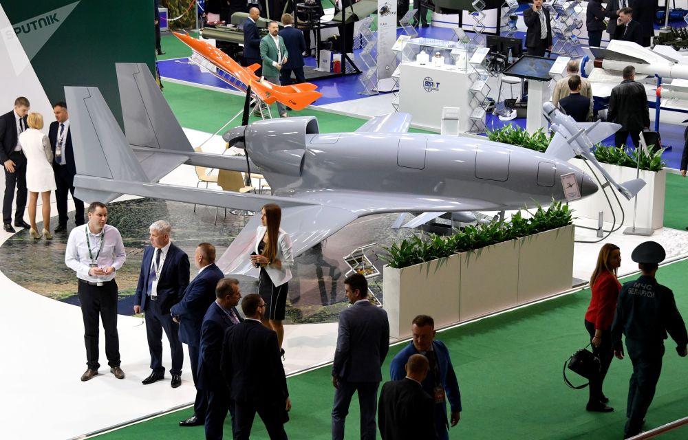 Drone Yastreb rodeado por visitantes na exposição militar MILEX 2019, em Minsk