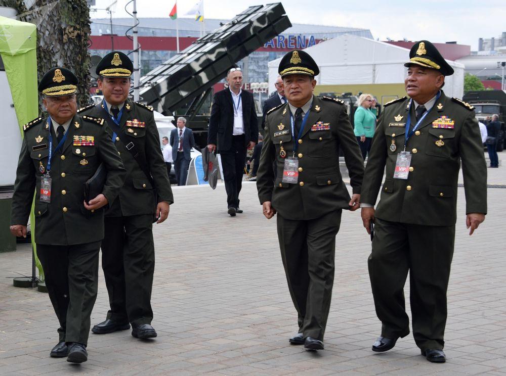 Militares dão uma volta pela exposição MILEX 2019, que está sendo organizada em Minsk, na Bielorrússia