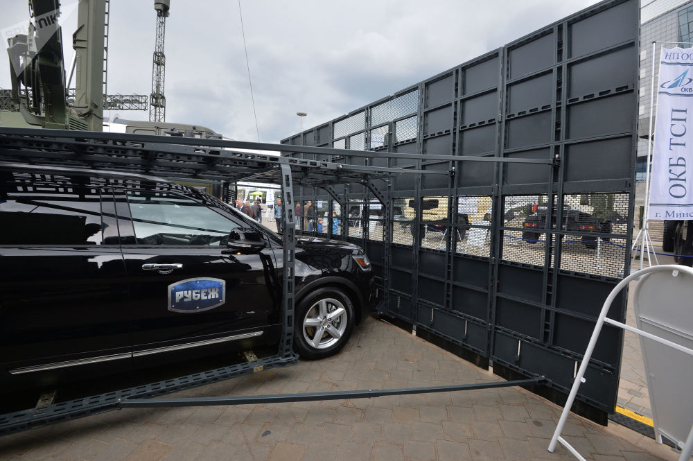 Automóvel com sistema de contenção Rubezh acoplado à carroceria é exposto na MILEX 2019, em Minsk