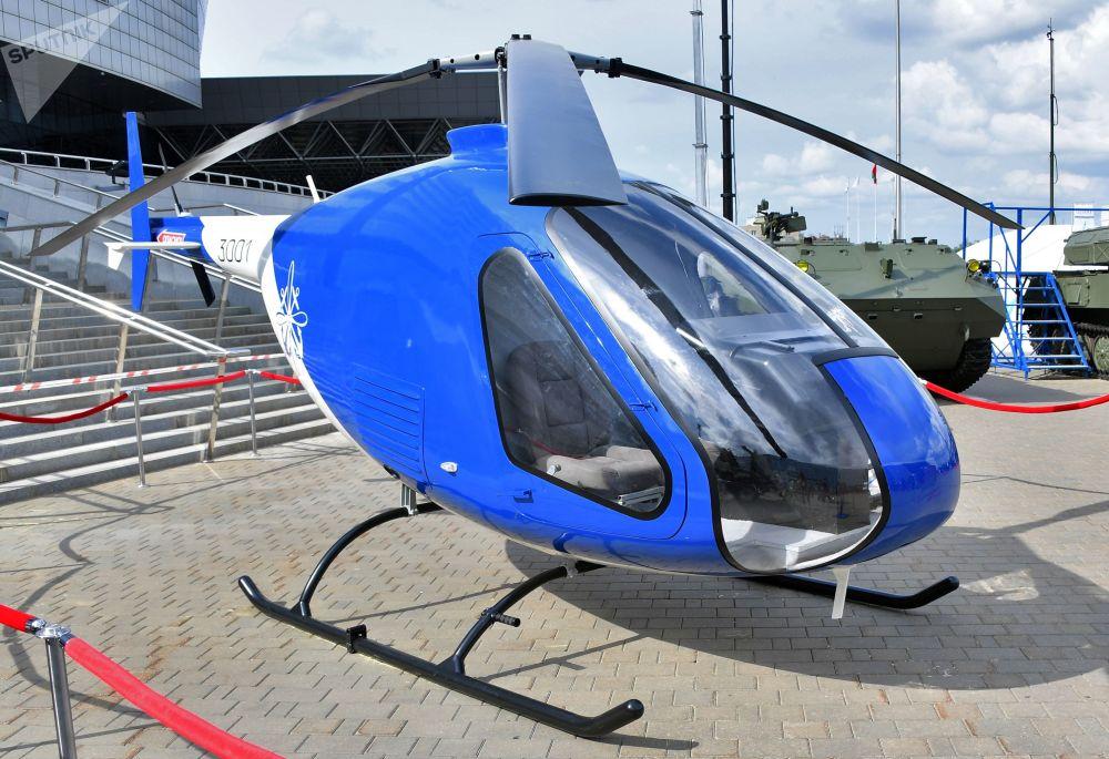 Helicóptero de treinamento e capacitação Skaimak 3001 na exposição internacional de armamento e equipamento militar MILEX 2019, em Minsk