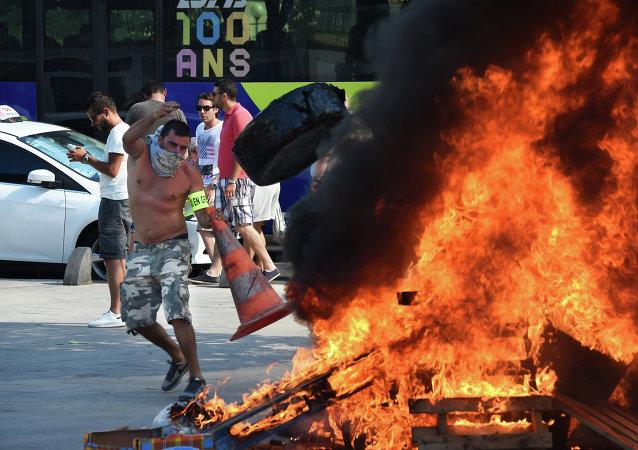 Taxistas franceses protestam contra o Uber em Marseille, em 25 de junho de 2015