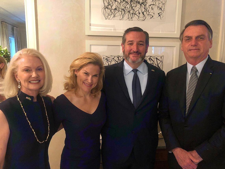 Senador republicano Ted Cruz ao lado do presidente brasileiro Jair Bolsonaro em Dallas, nos EUA