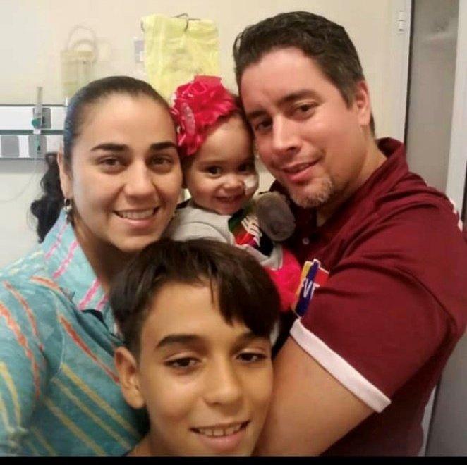 A família de Isabella teve que deixar tudo na Venezuela para viver em Buenos Aires e acompanhar a menina em um tratamento altamente complexo, realizado em Buenos Aires e financiado pela Venezuela