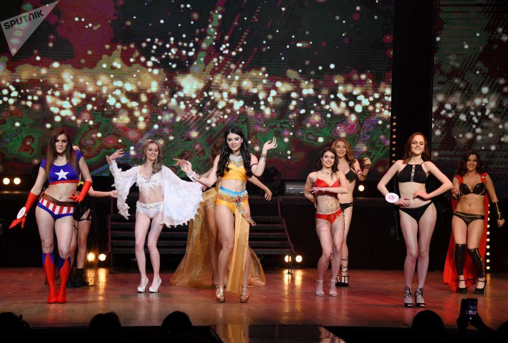 Participantes se apresentam durante competição de beleza Miss Chita 2019