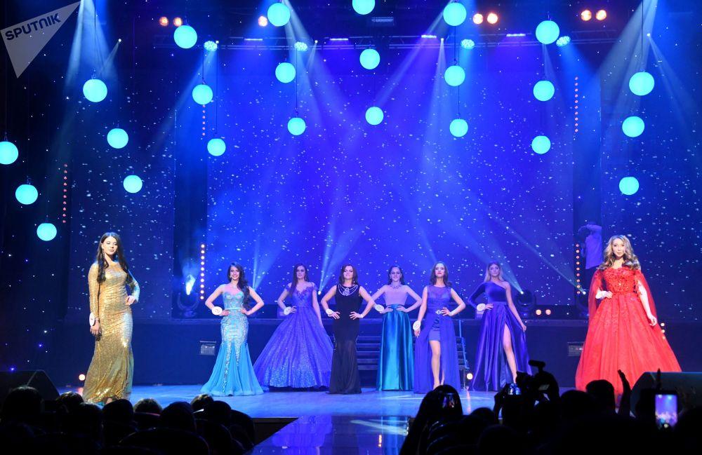 Concorrentes da competição de beleza Miss Chita 2019, posam para foto de vestidos de gala