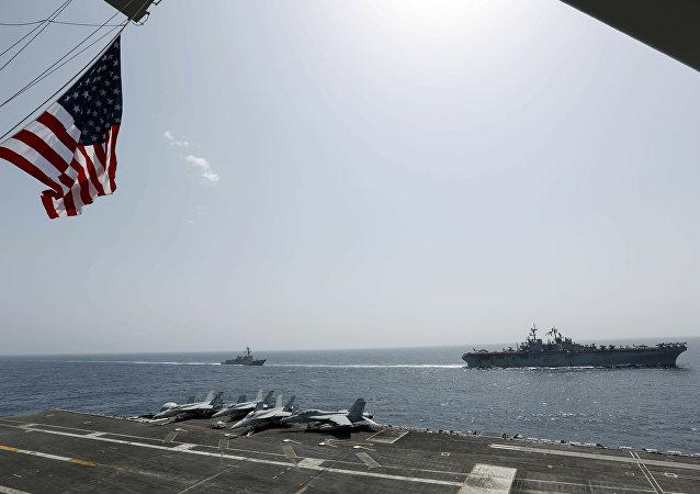 O navio de assalto anfíbio USS Kearsarge e o contratorpedeiro de mísseis guiados da classe Arleigh Burke, USS Bainbridge.