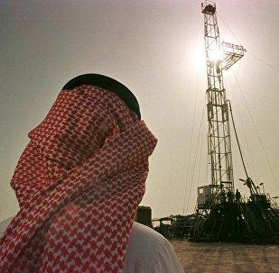 Funcionário da petroleira saudita Aramco observa plataforma no campo petrolífero de al-Howta