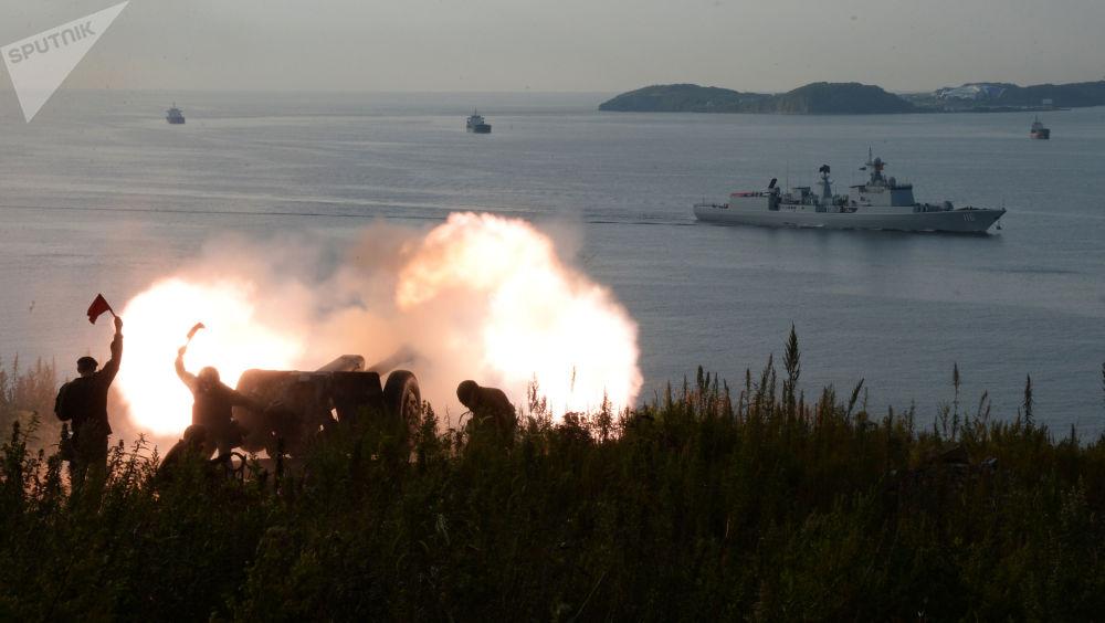 Artilheiros da Brigada de Fuzileiros Navais da Frota do Pacifico durante a chegada de navios da Marinha da China ao porto de Vladivostok, 2017