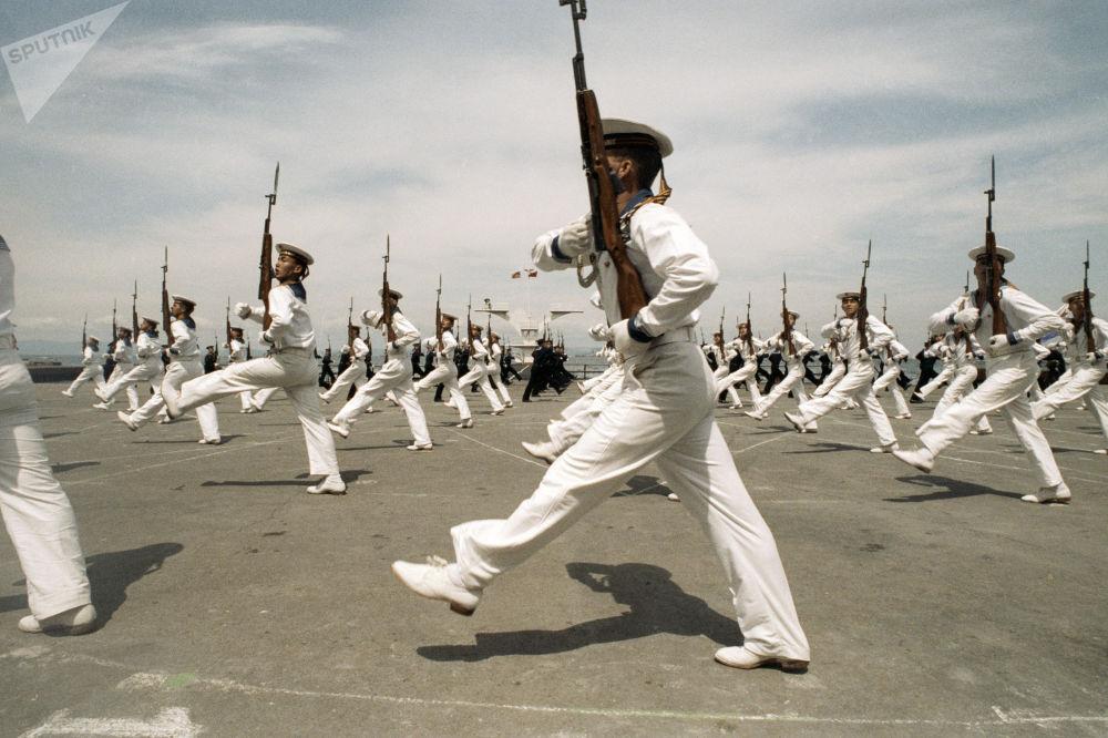 Marinheiros da Frota do Pacifico durante uma parada militar, 1992