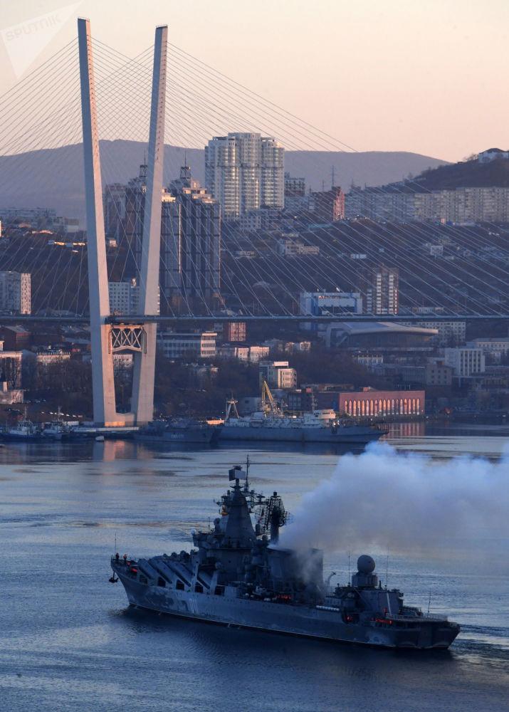 Cruzador de mísseis guiados Varyag na baía de Zolotoi Rog em Vladivostok, 2019