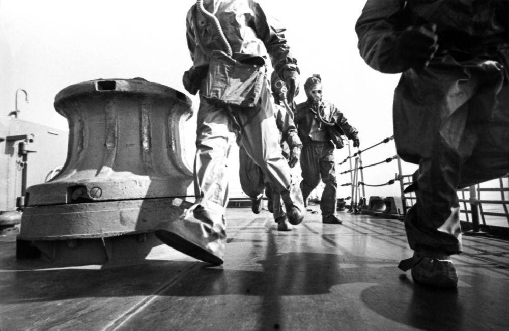 Tripulantes do cruzador de mísseis guiados Varyag durante alerta de treinamento