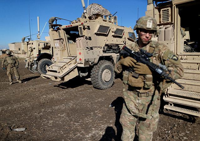 Soldados do exército dos EUA ao lado de um veículo militar na cidade de Bartella, a leste de Mosul, no Iraque.