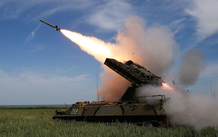 Disparos do sistema de defesa antiaérea Strela-10M3 nas competições militares Céu Limpo 2019
