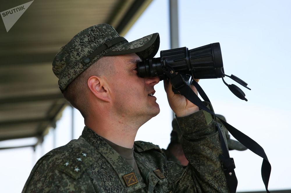 Militar observa o decurso das competições militares Céu Limpo 2019